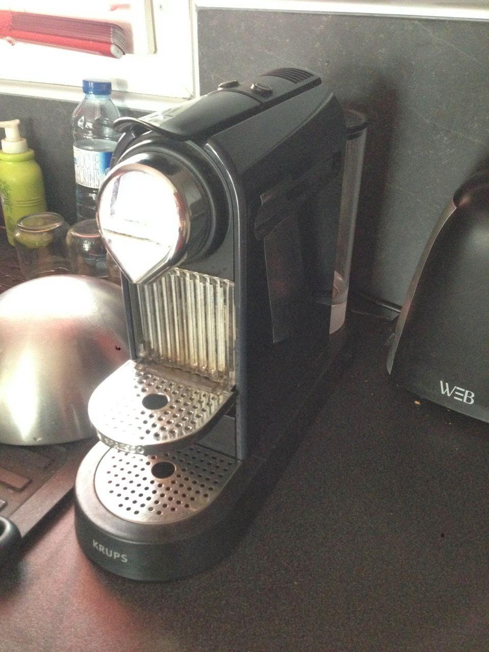cafetiere nespresso qui coule a l'interieur